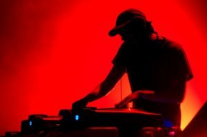dj_turntable_silhoutte_red_background_downscale_-25